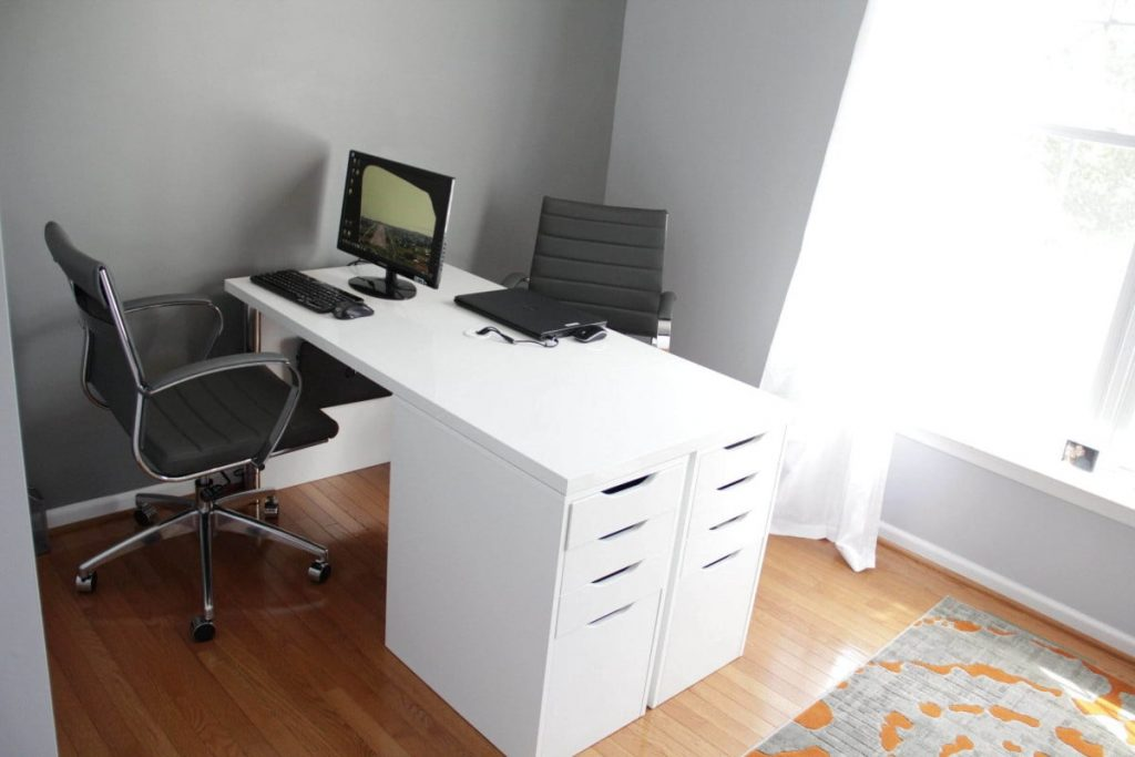 Dual-sided desk for 2 people
